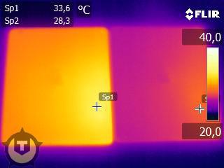 iPad sob a lente de uma câmera infravermelha.