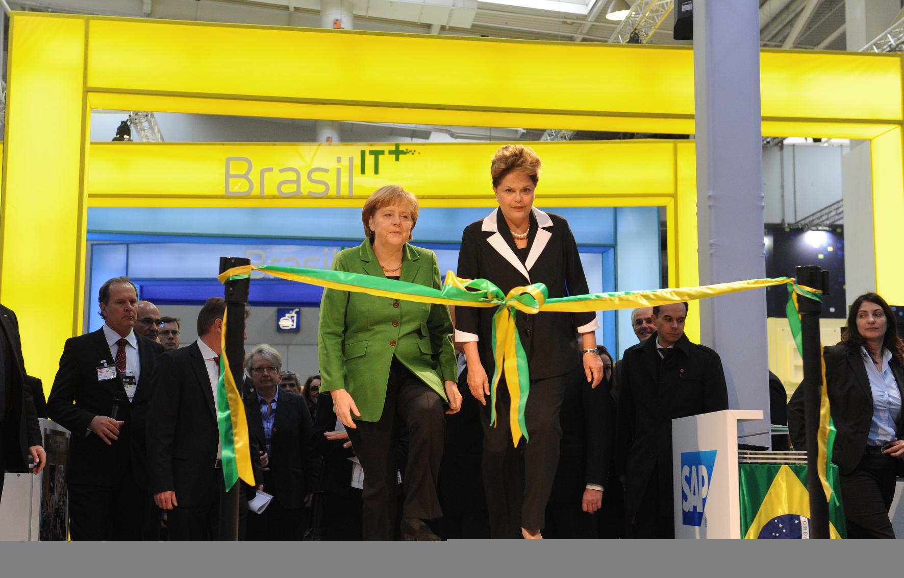 A presidente Dilma Rousseff e a primeira-ministra alemã Angela Merkel na feira CeBIT 2012 em Hannover, Alemanha.