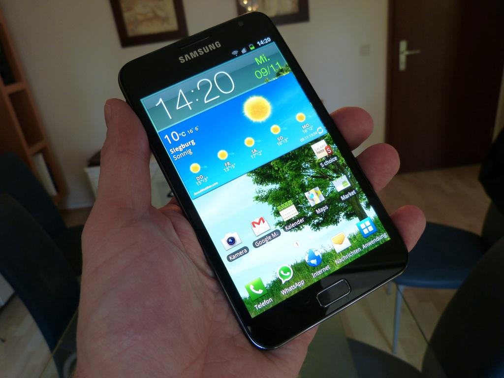 Galaxy Note na mão de uma pessoa comum.