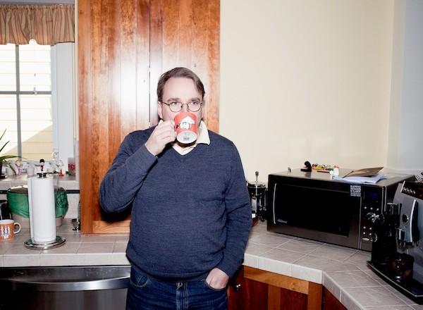 Linus tomando café espresso.