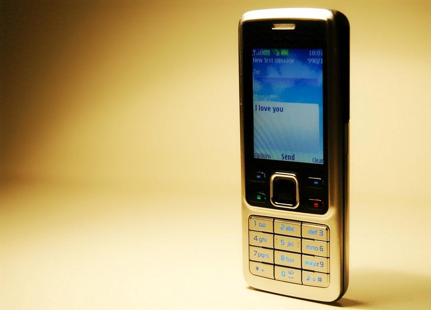 Foto de celular simples ( dumbphone ) por Dimitri N. / Flickr.