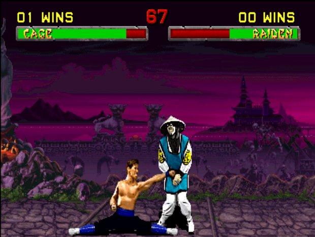 Raiden levando um soco nos bagos de Johnny Cage em Mortal Kombat