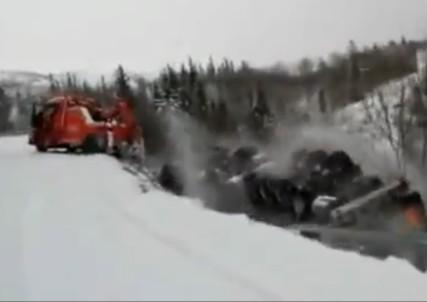 Caminhão cai no penhasco na Noruega.