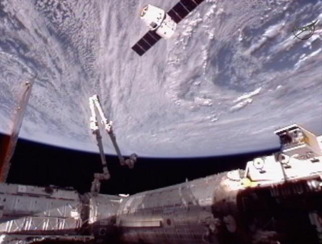 Dragon a 70 metros da ISS.