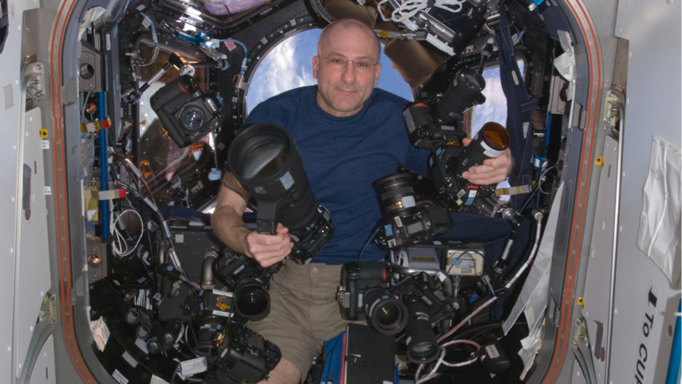 Astronauta Don Pettit é fotógrafo na Estação Espacial Internacional