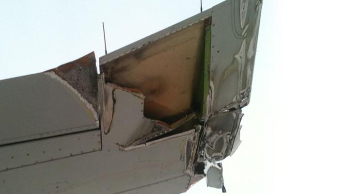 Asa do avião destruída.