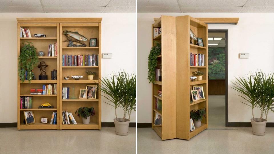 Estante de livros na verdade é porta secreta dobrável