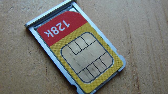 SIM card na bandeja.