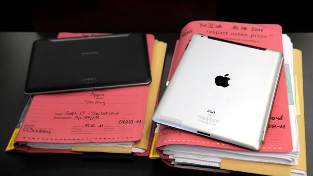 Tablets em cima de processos.