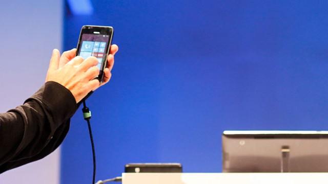 Windows Phone 8 na mão.