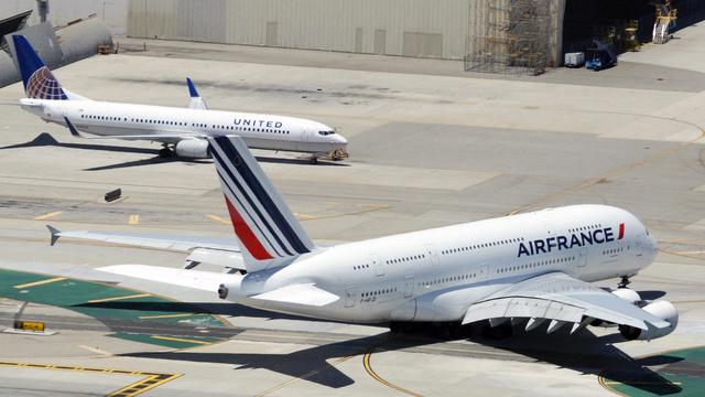 Airbus A380 perto de um Boeing 737-900.