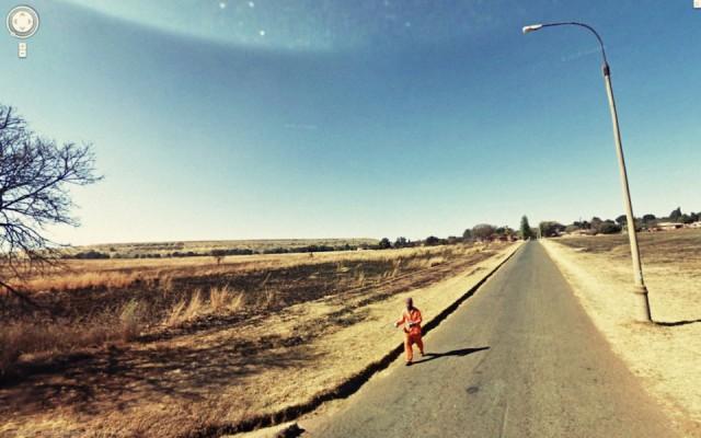 Cara correndo na rua.