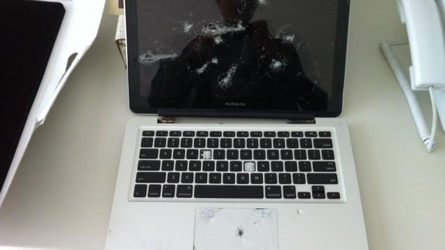 MacBook esfaqueado.