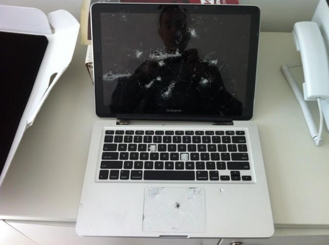 Pobre MacBook, não resistiu às facadas.