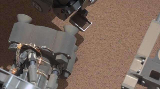 O que é essa coisinha brilhante no solo marciano?