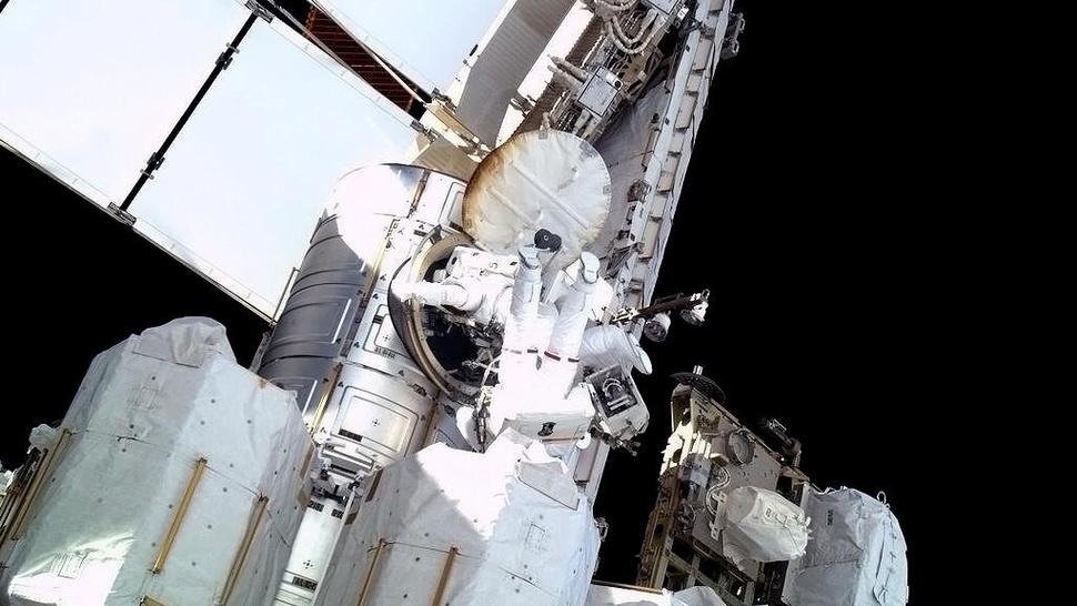 As fotos da caminhada no espaço que resolveu o vazamento de amônia na ISS