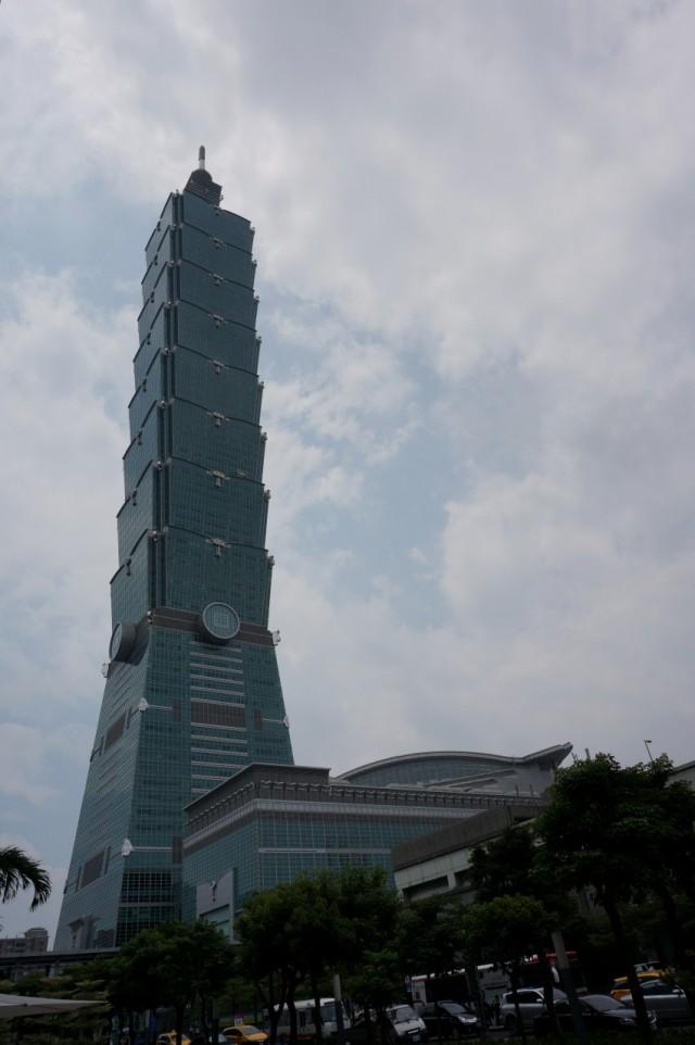 É difícil, mas você consegue enquadrar o Taipei 101 em uma foto.