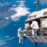 Astronautas no espaço.