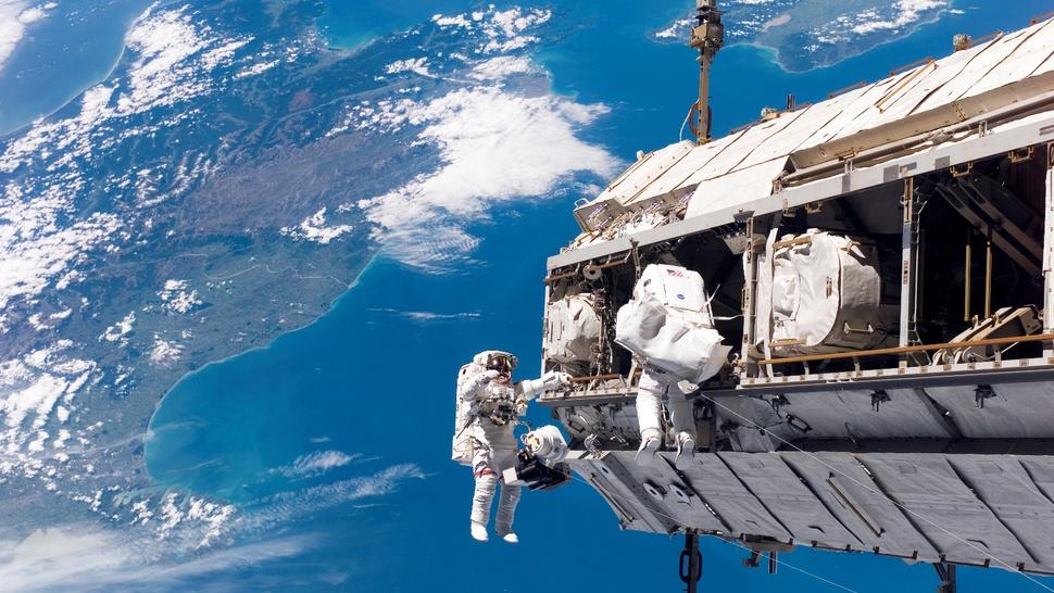 Astronautas da ISS estão andando no espaço neste momento e você pode vê-los, ao vivo