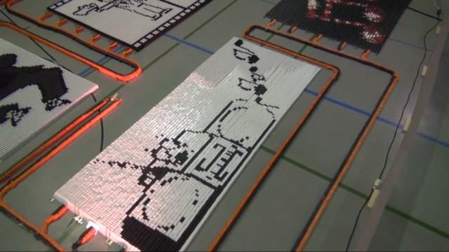 275 mil peças de dominó caindo.