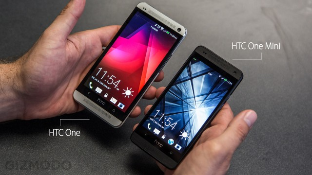 Na mão: HTC One e HTC One mini.