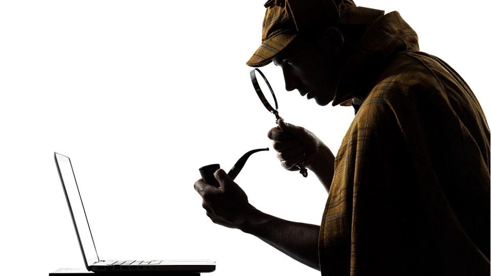 Por que o Sherlock usa uma lupa de verdade no notebook?