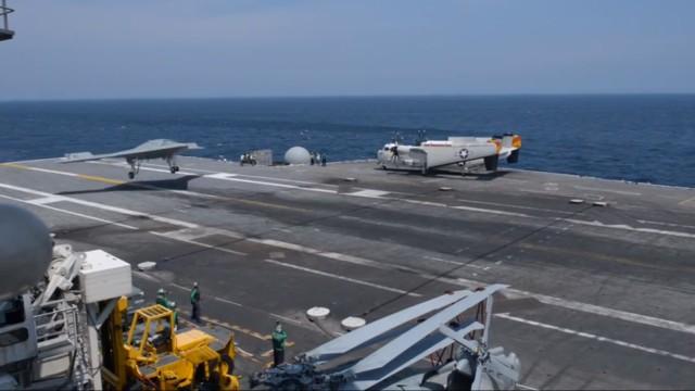 X47B pousando em um porta-aviões.