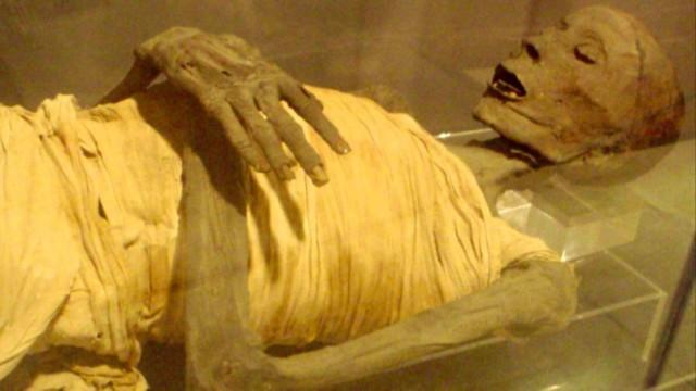 Múmia deitada.