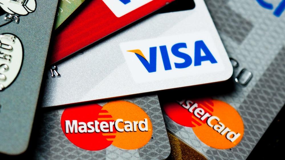 Por que os bancos não querem mais pagamentos em real no exterior – e como isso afeta você