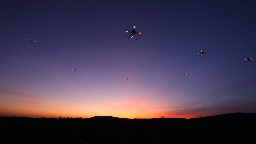 Drones autônomos usam GPS e rádio para voarem juntos como pássaros