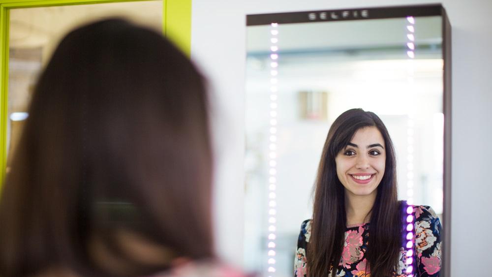 Um espelho S.E.L.F.I.E. para tirar fotos de você mesmo sem utilizar as mãos