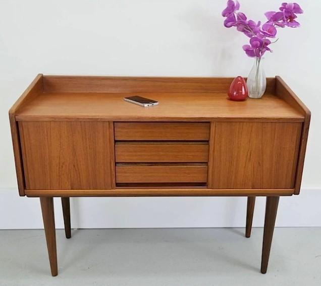 Essa mesa de teca dinamarquesa de 1960 e o iPhone encarnam os ideais de design bonito de Bayley.