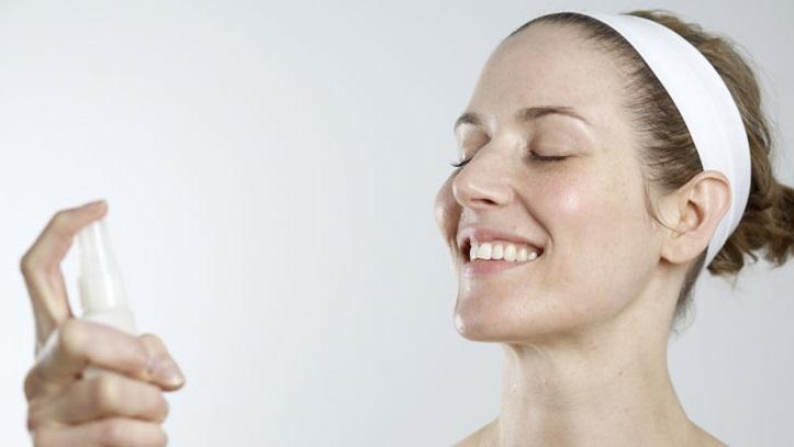 Uma mulher substituiu o sabonete por um spray de bactérias, e sua pele nunca esteve melhor