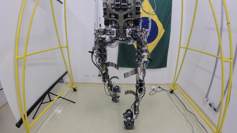 Como funciona o exoesqueleto criado pelo neurocientista Miguel Nicolelis?