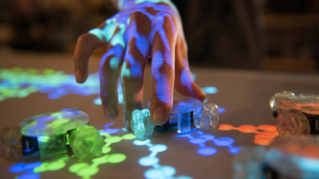 Pequenos robôs adicionam controles físicos em touchscreens gigantes