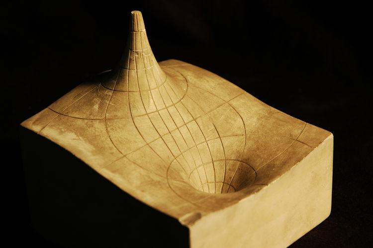 Um modelo de gráfico que representa a energia potencial de um dipolo elétrico. O pico infinito é gerado pela carga positiva, enquanto o poço sem fundo, pela carga negativa.