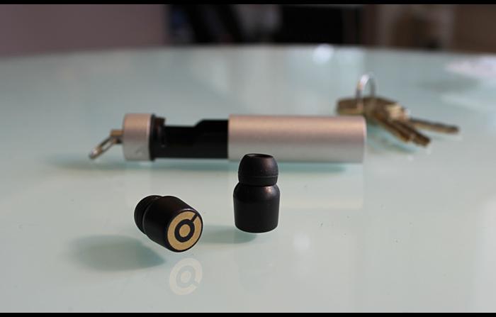Estes fones de ouvido intra-auriculares não têm fios e recarregam a bateria enquanto estão no bolso