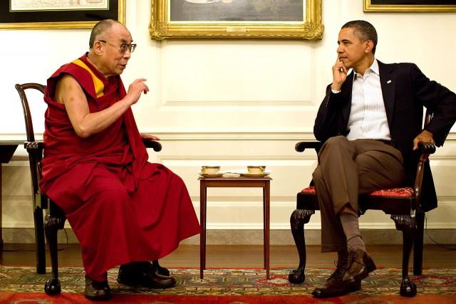 Obama e Dalai Lama: o presidente dos EUA, às vezes, precisa se encontrar com quem é muito amado pelos seus eleitores (foto: retrato oficial da Casa Branca)