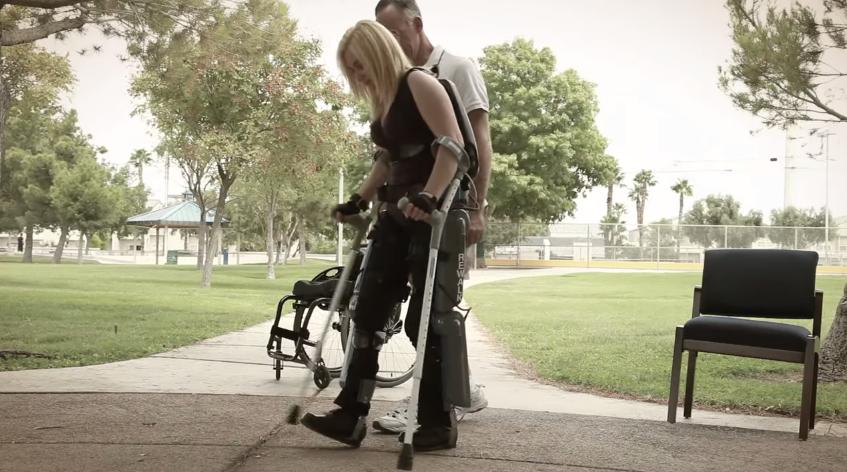 Armadura biônica ReWalk devolve a capacidade de andar e custa US$ 70.000