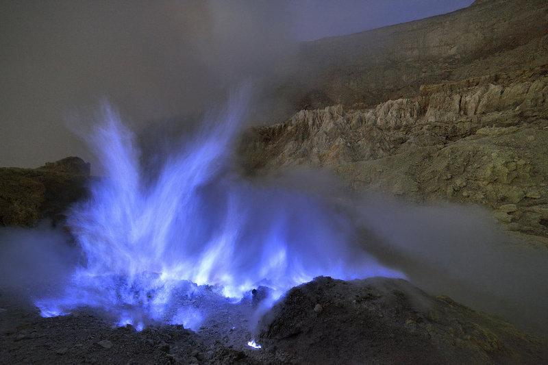 Isso precisa ser visto: Vulcão com a lava azul