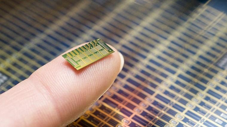 Para não engravidar, mulheres poderão usar este chip financiado por Bill Gates