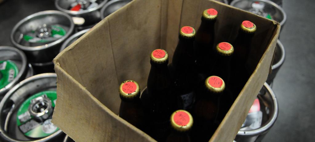 Garrafas de cerveja.