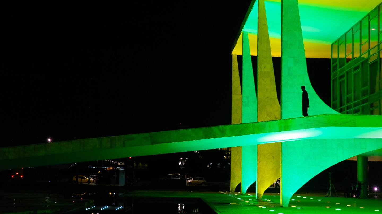 Palácio do Planalto em verde e amarelo.