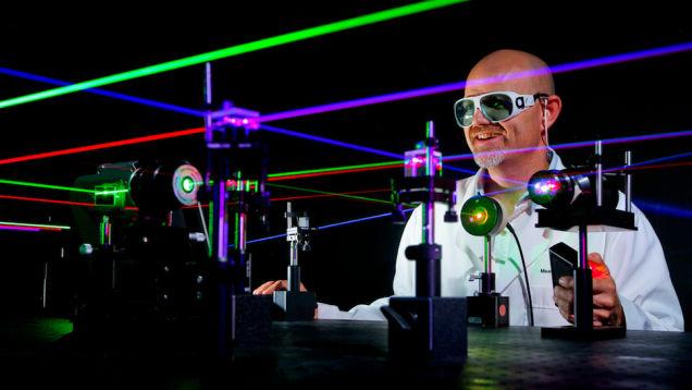 Entenda como foi criado o laser e conheça a guerra de patentes que ele gerou