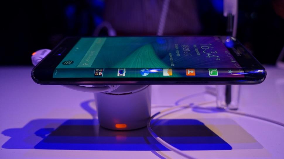 Samsung promete telas flexíveis e menos smartphones após divulgar queda nos lucros
