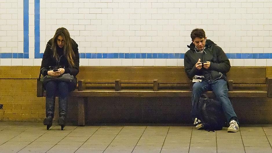 Pessoas usando smartphones.