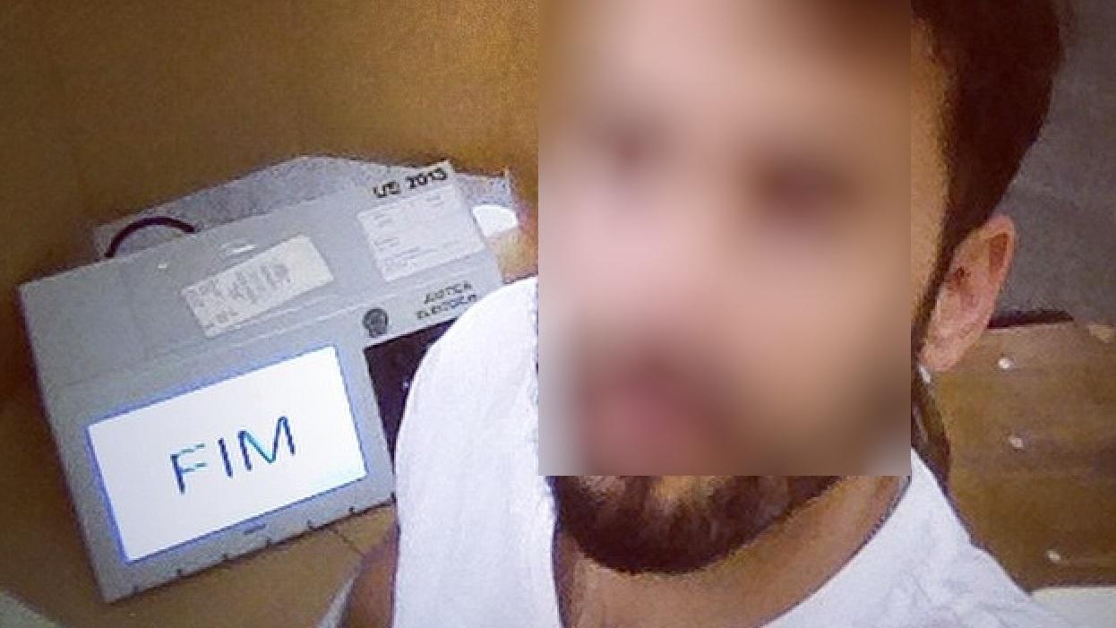 Eleitores não resistem e tiram selfie com urna eletrônica