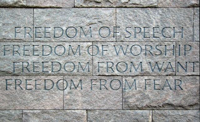 As quatro liberdades fundamentais que todas as pessoas do mundo deveriam ter, segundo Franklin D. Roosevelt, ex-presidente dos EUA: liberdade de expressão, liberdade de religião, liberdade de querer (você pode desejar o que quiser construir) e liberdade sem medo (ninguém precisa temer os outros). Essa imagem é do memorial de Roosevelt em Washington, nos EUA