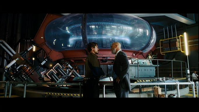 Tony Stark (E) e Obadiah Stane (D) em frente ao reator arc das Indústrias Stark.