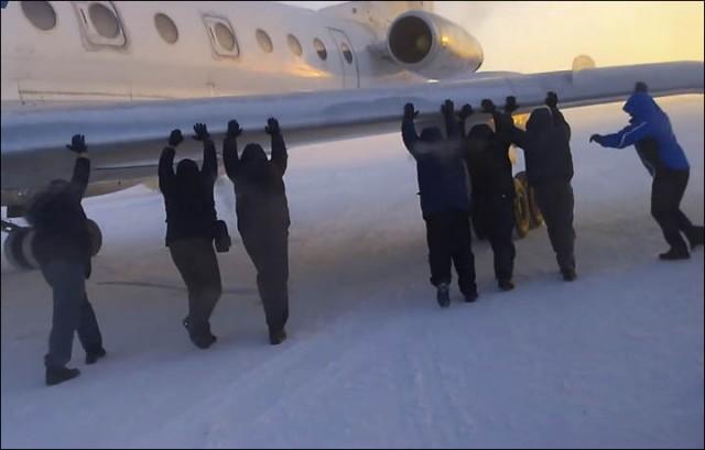 Passageiros levam o faça-você-mesmo a um novo patamar (Foto: Ivan Ivanov/The Siberian Times